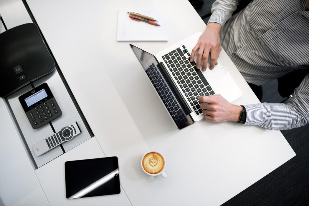 男性と机の上のノートパソコン