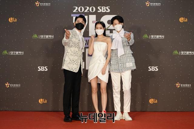SBS歌謡祭典でKF94マスクをつける芸能人