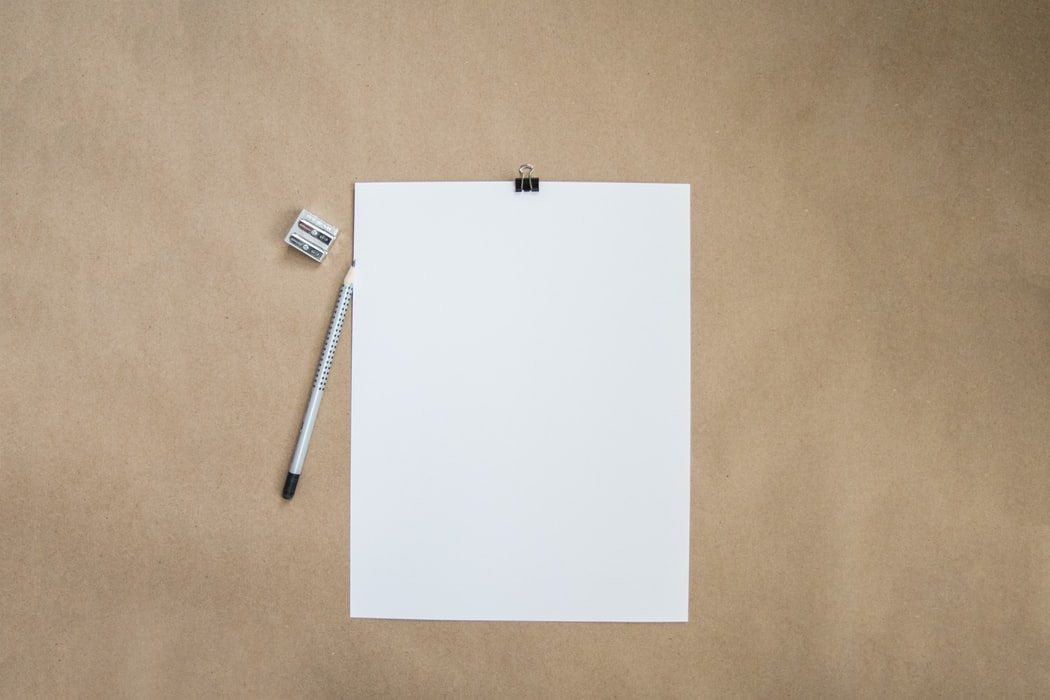 真っ白な紙と鉛筆
