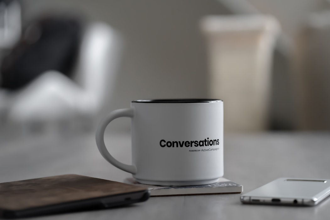 conversationと書かれたマグカップ