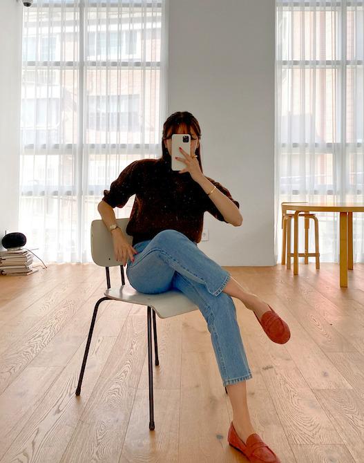 ピンクのローファーを使った韓国ファッション