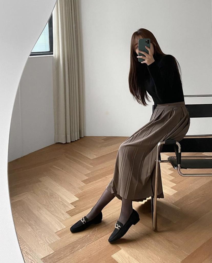 スカートとローファーを合わせた韓国コーデ